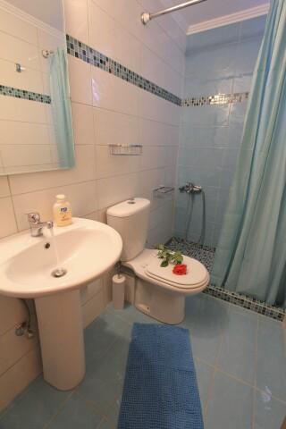 budget studio george bathroom (2)